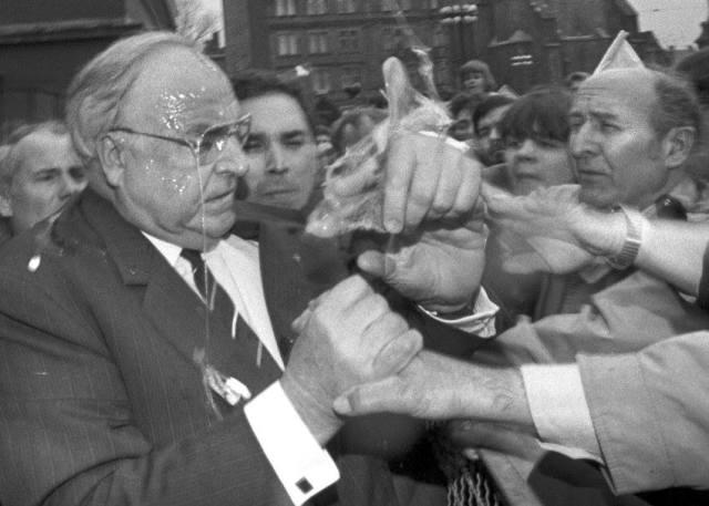 Bivši savezni kancelar Njemačke Helmut Khol snimljen nakon što su ga pogodila jaja bačena iz publike.