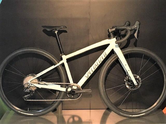 黒いタイヤを付けた自転車