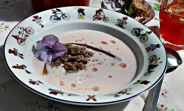 Koldskål med råsyltet rabarber og nøddebrød