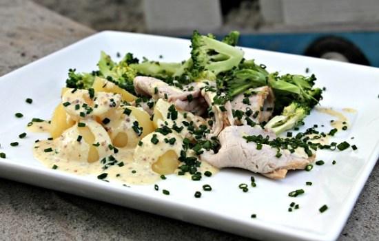 Honning marineret svinekam m/ kartofler, dampet broccoli samt mandel/senneps sovs