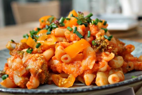 Pastagratin med rejer, broccoli samt tomat – hurtig og simpel