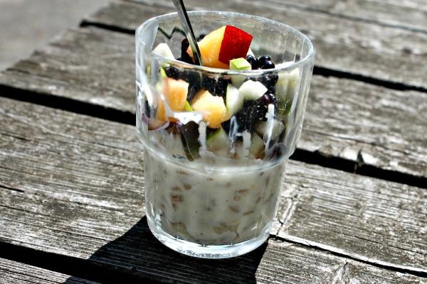 Skyr med kerner og frisk frugt
