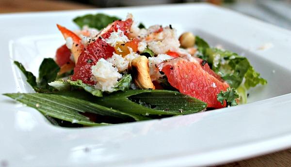 Salat med krabbekød – pink grape – nødder – rød peber samt forårsløg