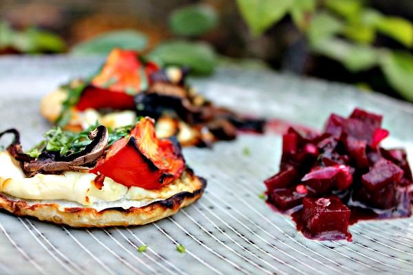 Bagt selleri pizza med flødeost, pesto, tomater, svampe samt rødbedesalsa