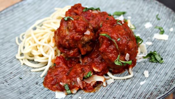 Italienske kødboller med tomatsovs og Spaghetti