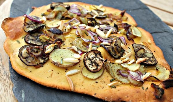 Kikærte fladbrød med kartofler, aubergine, mandler og løg