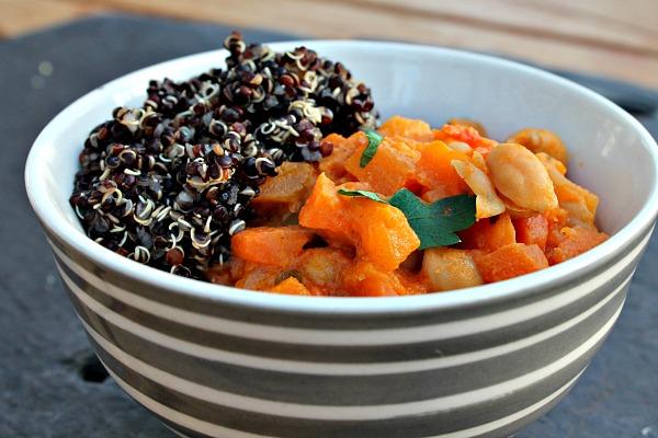 Krydret kikærte gryderet med quinoa pilaf med gyldne rosiner & mandler