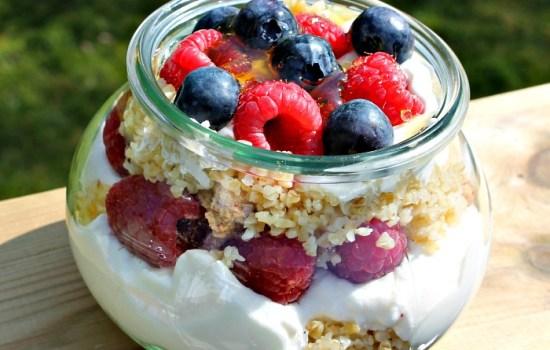 Bulgur med græsk yoghurt – frisk frugt og honning – anderledes morgenmad