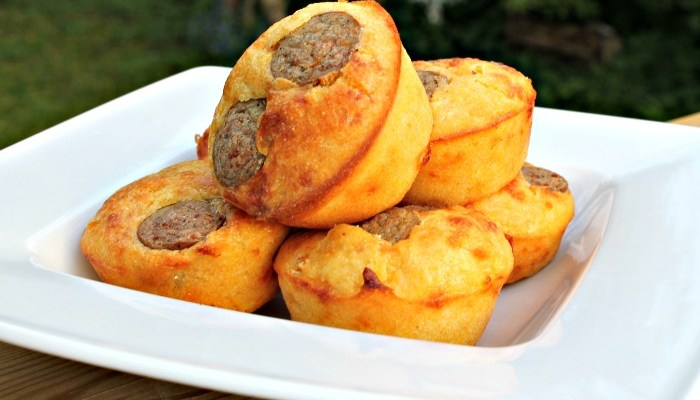 Muffins med pølser,  ost  samt majs