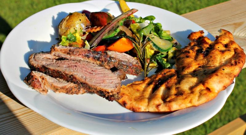 Flank fra grillen, salat med nye gulerødder fra haven