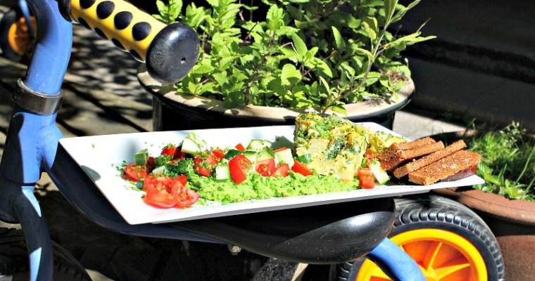 Æggekage bagt i ovnen – med nye kartofler, spinat samt ristet rugbrød og ærtemos