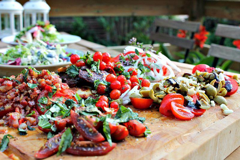 Tomater fra drivhuset serveret på flere forskellige måde