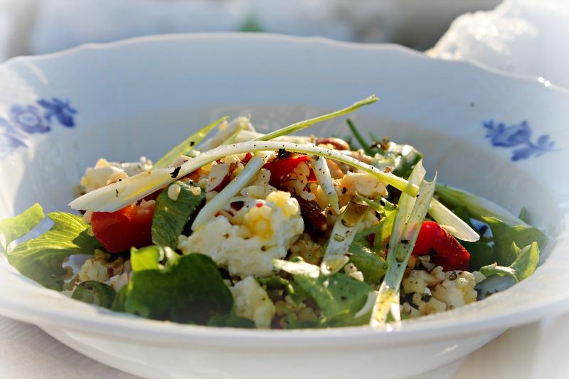 Bulgursalat med grillet peber, ristet mandler og feta – kylling