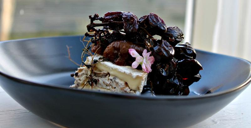Brie fyldt med creme af mascarpone, porcini, hvidløg og valnødder- med lækker sirup over