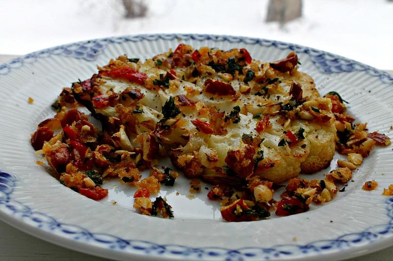 Bagt blomkål med en panko af tomater,persille samt mandler