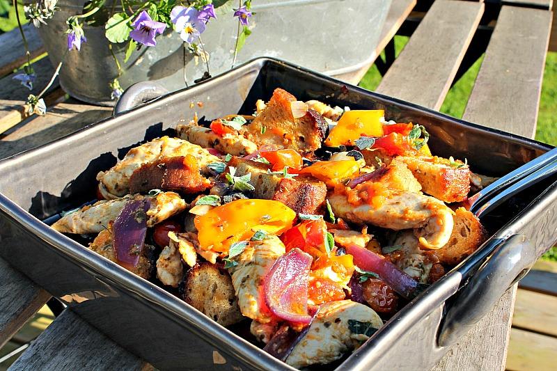 Lun salat med kylling,tomat,rød peber, løg samt brød