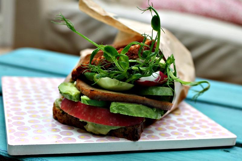 Rugbrødssandwich med soya,honning marineret tofu samt grøn hummus