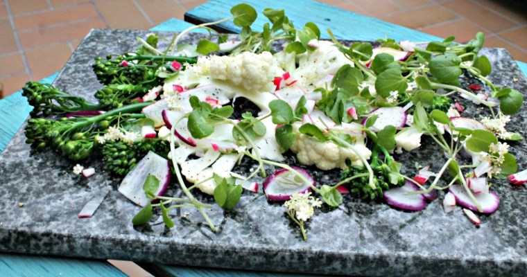 Salat med radiser, blomkål, brøndkarse samt aspargesbroccoli
