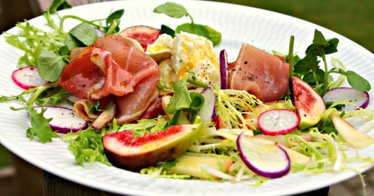Salat med friske figner, parmaskinke, bøffelmozzarella samt radiser