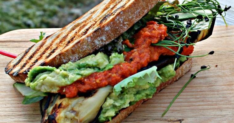 Sandwich med grillet aubergine, avocado, grillet rød peber hummus