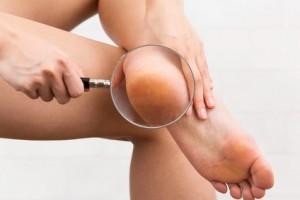 足の裏を見る女性