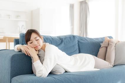 ソファーでゆっくり休む女性