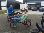 Beginnende ligfietsers oefenen met opstappen