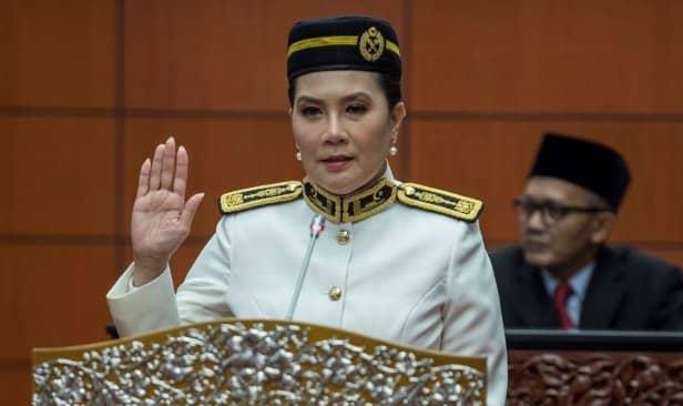 Ras Adiba buka tudung selepas jadi senator?