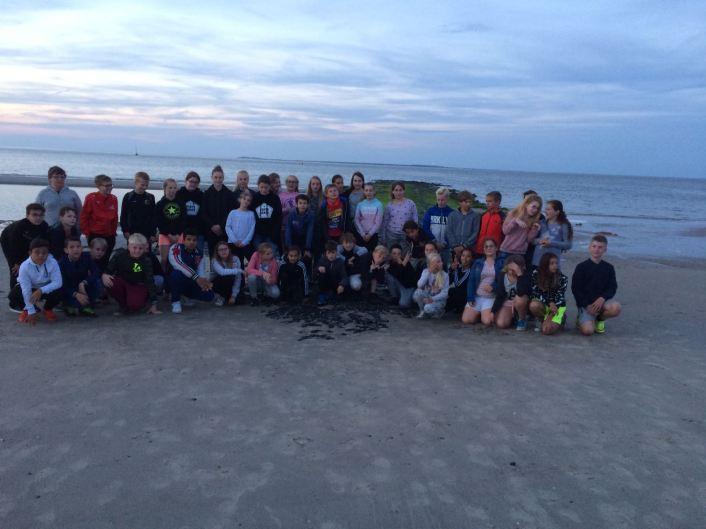 Groepsfoto bij de strandwandeling