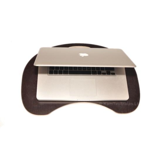 Padėklas kompiuteriui. Modelis: Mini. Medžiaga: laminuota fanera. Spalva: tamsiai ruda. Rankena: pailga.