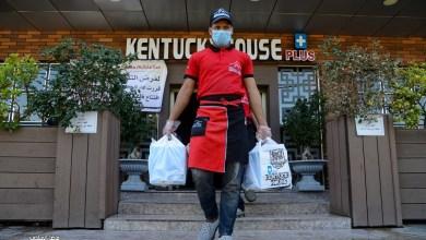 Photo of بالصور/مبادرة انسانية في كربلاء بتوزيع وجبات الطعام مجانا الى الكوادر الطبية التي تعالج مصابي كورونا.