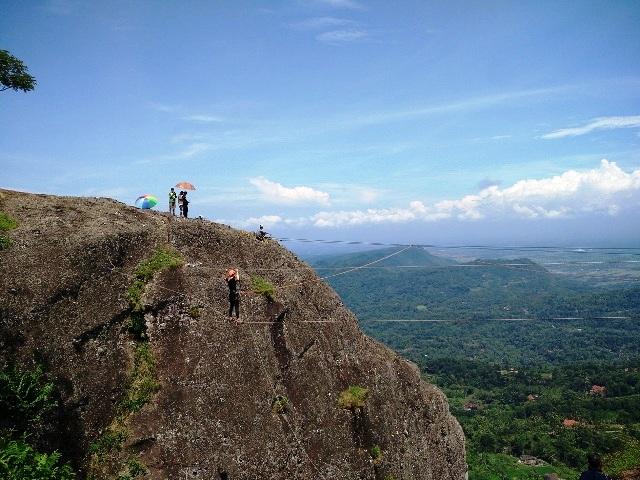 cliff swing gunung api purba