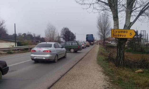 Фото – Сообраќаен знак закован на топола