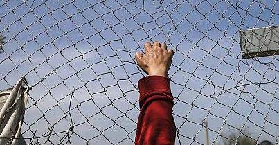 Растат тензиите на јужната граница.Бегалците и мигрантите откинале дел од оградата и насилно сакале да преминат на македонско тло