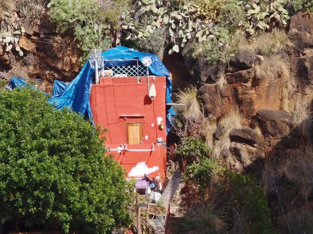 Haus mit Hilfs-Dach