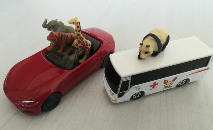 動物のフィギュアとミニカー