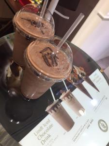 人気店『 リンツ 』のアイスチョコレートドリンク・納得の美味しさ !!
