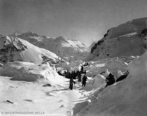 VITTORIO SELLA 1899 | Accampamento sul ghiacciaio e Kanchenjunga dalla costa occidentale del Jonsong - La