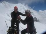 Francesco e Cesar si danno la mano dopo aver raggiunto il difficile e remoto Colle della Rivelazione Perenne