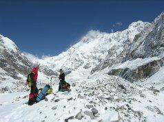 Primi passi sul Tonghsiong Glacier con Kanchenzonga South e Zemu Peak alle spalle