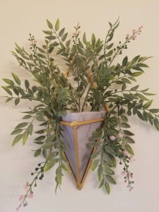 Read more about the article Triangular Wall Planter DIY