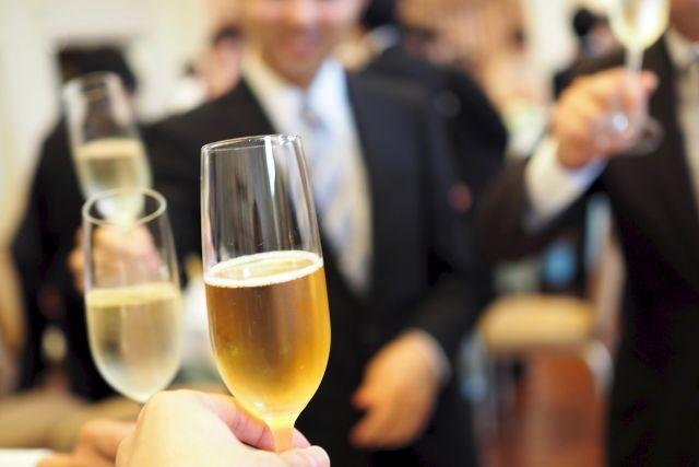 恋活パーティーで乾杯する男女
