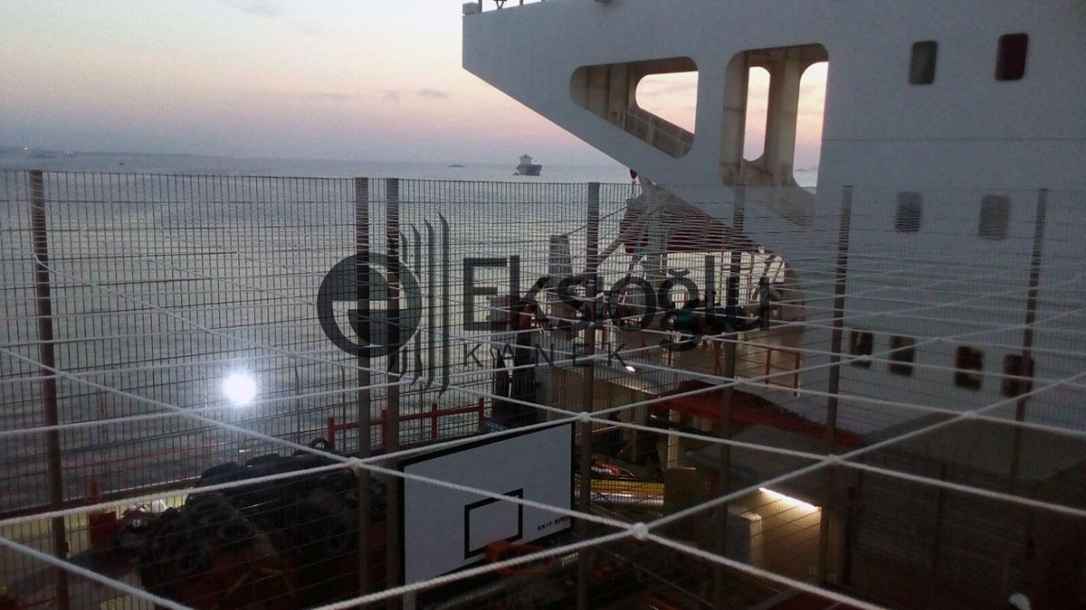 yük gemisi üzerinde basketbol sahası