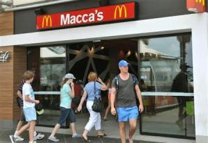 オーストラリアでの愛称「マッカズ」に取り換えられたシドニーのマクドナルドの看板