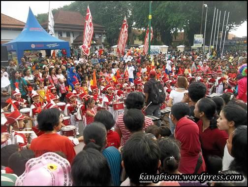 suasana parade marching band anak-anak abis car free day