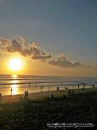 menikmati sunset yang indah di pantai kuta bali