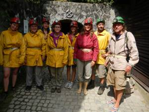 Teilnehmer des Naturseminars im Höhlenoutfit