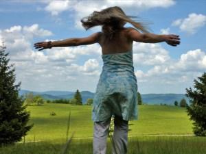 Frau dreht sich auf einer schönen Ebene