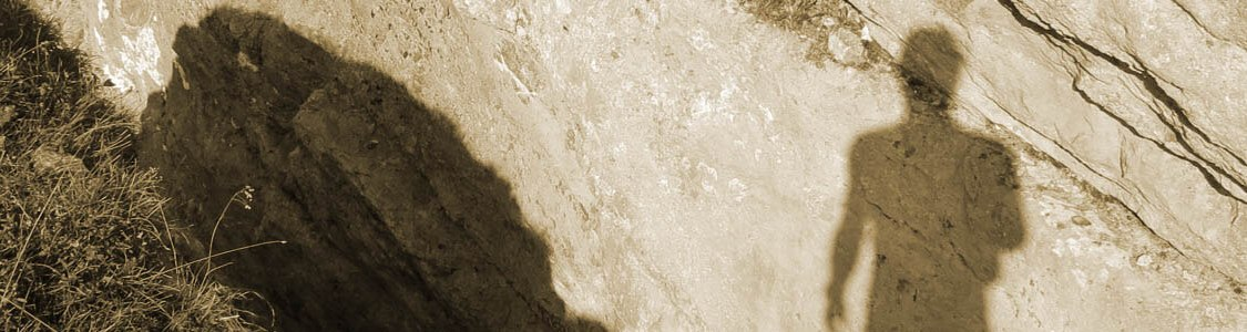 Ein menschlicher Schatten auf einem Felsen