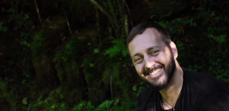 Lächelnder Naturcoach im Wald